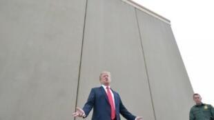 الرئيس الأمريكي دونالد ترامب يعاين نموذجا للجدار الذي يريد تشييده على طول الحدود مع المكسيك 13 آذار/مارس 2018