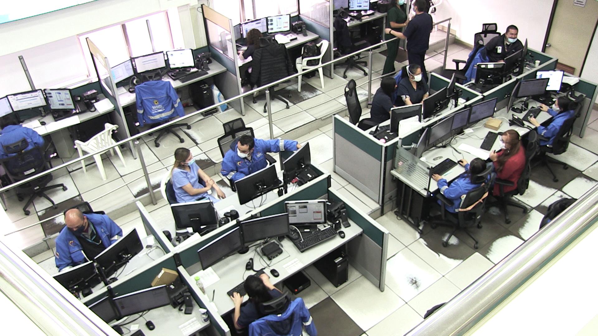 En la Secretaría de Salud Pública de Bogotá, Colombia, se encuentra el Centro Regulador de Urgencias y Emergencias (CRUE), donde llegan todas las llamadas de pacientes sospechosos de Covid-19.