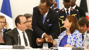 الرئيس الفرنسي فرانسوا هولاند ورئيس التشاد إدريس دبي ووزيرة البيئة الفرنسية سيغولين رويال