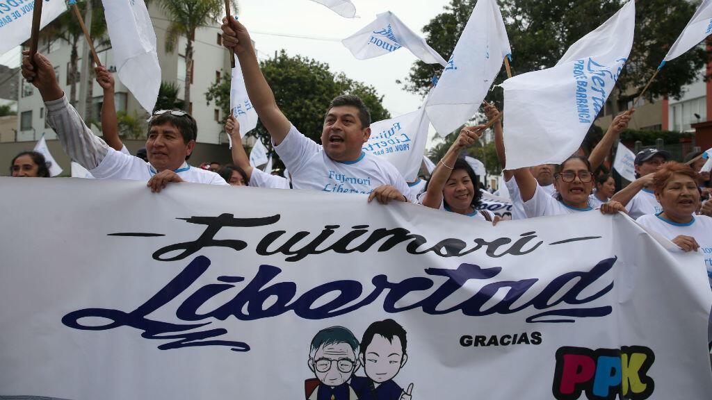 Decenas de seguidores del expresidente peruano Alberto Fujimori se reunieron a las afueras de la residencia del presidente Pedro Pablo Kuczynski para agradecer el indulto.