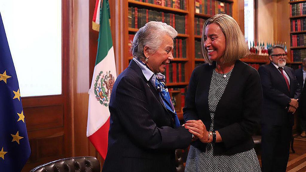 La ministra de Gobernación de Ciudad de México, Olga Sánchez Cordero, saluda a la alta representante de la Unión Europea, Federica Mogherini, durante su visita a la capital mexicana el 10 de septiembre de 2019.