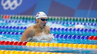 EL estadounidense Chase Kalisz  compite en la final del evento de natación mixta individual masculina de 400 metros durante los Juegos Olímpicos de Tokio 2020, en el Centro Acuático de Tokio, el 25 de julio de 2021.