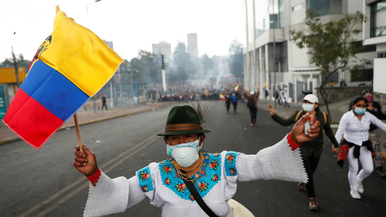 Un manifestante sostiene una bandera ecuatoriana durante una protesta contra las medidas de austeridad del presidente de Ecuador, Lenin Moreno, en Quito, Ecuador, el 11 de octubre de 2019.