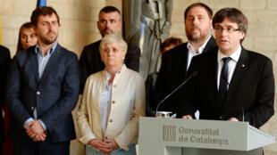 Le président de l'exécutif régional, Carles Puigdemont, entouré de son gouvernement, mercredi 20 septembre, à Barcelone.