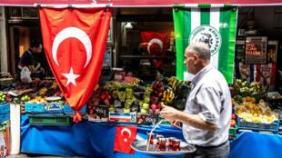 Un hombre en el mercado en el centro de Estambul, Turquía, el 25 de junio de 2018.