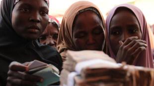 Des femmes nigerianes récupèrent de l'argent distribué par le PAM, dans le Nord-est du pays, le 24 janvier 2017.