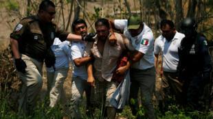 Un integrantes de la caravana centroamericana es detenido por las autoridades mexicanas durante una redada realizada el 22 de abril de 2019.