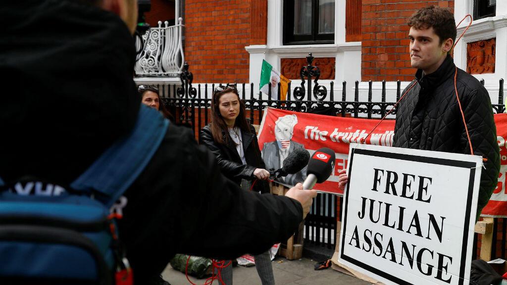 A las fueras de la Embajada de Ecuador en Londres, donde fue arrestado el fundador de WikiLeaks, Julian Assange, varios ciudadanos se reunieron para reclamar su libertad el 11 de abril de 2019.