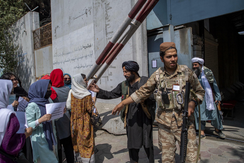 نساء أفغانيات يتظاهرن للمطالبة بحقوق أفضل أمام الوزارة السابقة لشؤون المرأة في كابول في 19 ايلول/سبتمبر 2021.