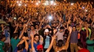 محتجون في منطقة الريف يغنون خلال تظاهرة ضد الفساد والقمع والبطالة في إمزورن في 11 حزيران/يونيو 2017