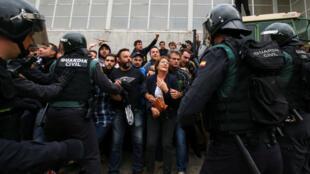 Ciudadanos catalanes se unen para impedir la entrada de la policía al colegio electoral en el que iba a votar el presidente catalán Carles Puigdemont. 27/09/