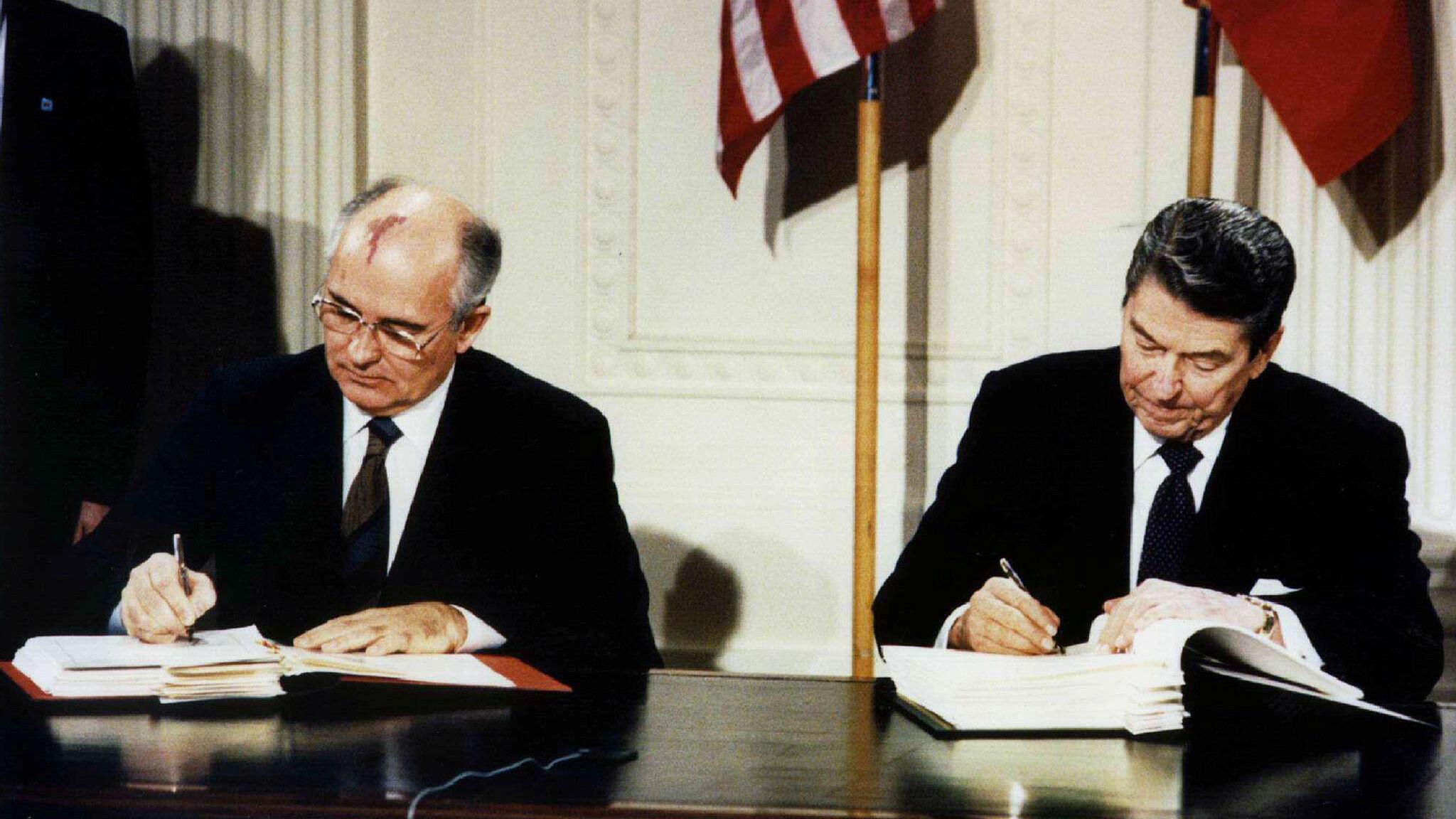 El fallecido presidente estadounidense Ronald Reagan (derecha) y el ex líder soviético Mijaíl Gorbachov firman el Tratado de Armas Nucleares de Alcance Intermedio (INF) en la Casa Blanca, el 8 de diciembre de 1987.