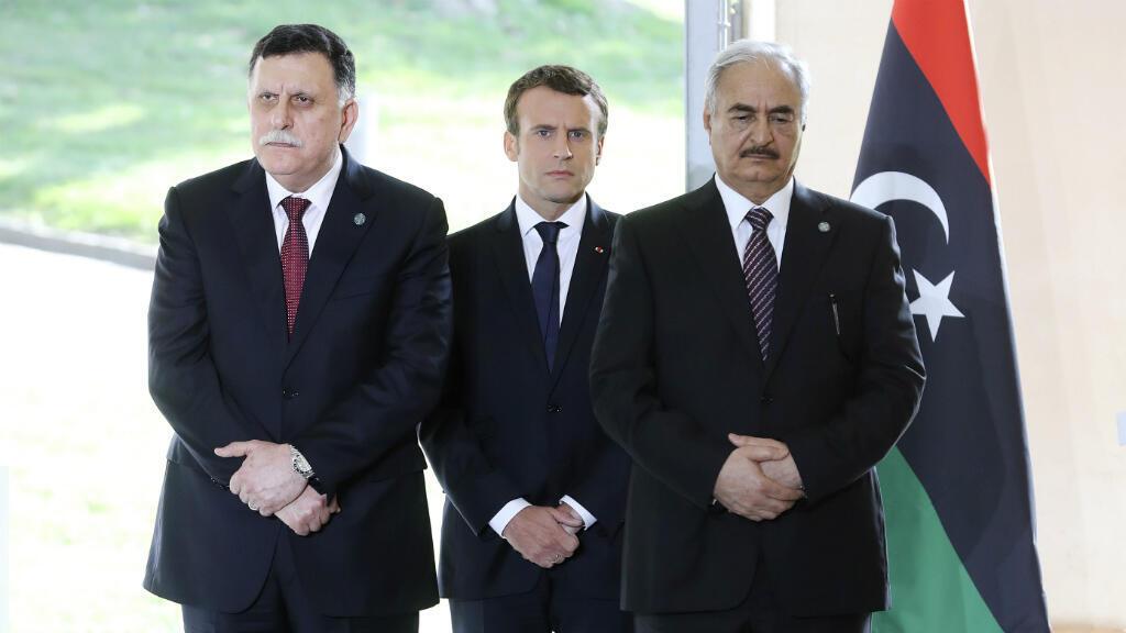 Le président français, Emmanuel Macron, entouré d'Hafez al-Sarraj (à gauche) et Khalifa Haftar, le 25 juillet 2017 à la Celle-Saint-Cloud.