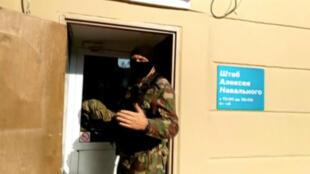 Un policier russe durant l'une des perquisitions contre les locaux de l'équipe d'Alexeï Navalny, à Perm le 12 septembre 2019.