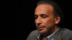 """L'islamologue Tariq Ramadan lors d'une conférence intitulée """"Vivre ensemble"""", le 26 mars 2016 à Bordeaux."""