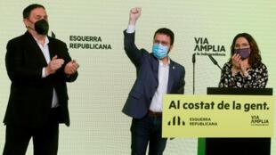 Avec 33 sièges pour Gauche républicaine de Catalogne (ERC), 32 pour Ensemble pour la Catalogne (JxC) de l'ex-président régional Carles Puigdemont et 9 pour les radicaux de la CUP, les indépendantistes renforcent leur majorité avec 74 sièges contre 70.