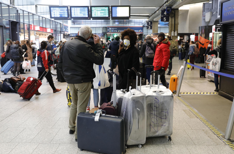 Quelques heures avant l'entrée en vigueur du confinement, des voyageurs franciliens affluent à la gare Montparnasse à Paris, le 17 mars 2020.