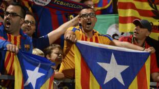Aficionados del Barcelona enseñan la bandera independentista catalana en un partido. 23/ 09/ 2017