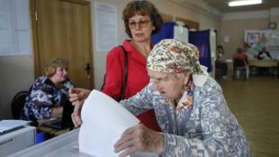 Una mujer vota durante las elecciones de la Duma, parlamento de la capital rusa, en Moscú, Rusia, el 8 de septiembre de 2019.