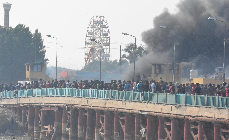 المحتجون العراقيون يسطيرون على جسر في الناصرية. 28/11/2019