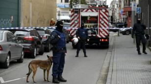 Opération de police à Molenbeek, une des 19 communes de Bruxelles, le 16 novembre 2015.