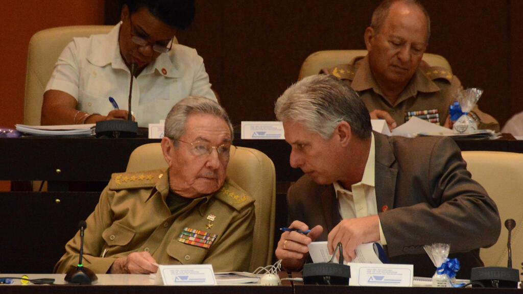 El presidente cubano Raúl Castro habla con el vicepresidente cubano Miguel Díaz-Canel durante el décimo y último período ordinario de sesiones de la octava Legislatura de la Asamblea Nacional del Poder Popular, en el Palacio de Convenciones de La Habana, el 21 de diciembre de 2017.