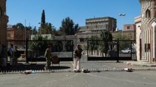 جنود يمنيون يحرسون القصر الرئاسي