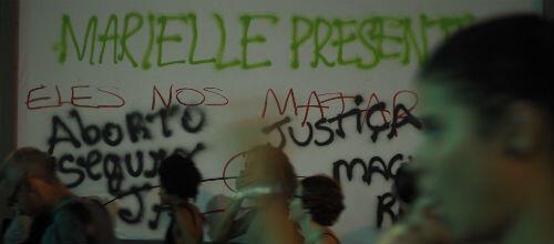 Le nom de Marielle Franco inscrit sur les murs des kiosques de Rio de Janeiro.