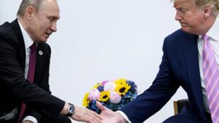 صورة من الأرشيف تجمع بين الرئيسين الأميركي دونالد ترامب والروسي فلاديمير بوتين.