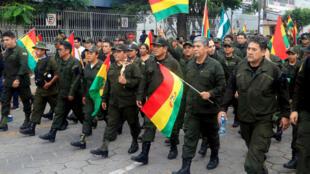 Integrantes de la Policía boliviana se manifiestan tras la renuncia de Evo Morales como presidente de Bolivia, este domingo 10 de noviembre en Santa Cruz.