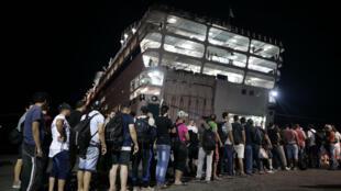Les réfugiés syriens de l'île de Kos ont commencé à embarquer sur le ferry grec Eleftherios Venizelos dimanche 16 août au petit matin.