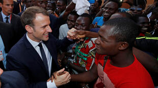 El presidente francés, Emmanuel Macron, saluda a la gente cuando abandona la Universidad de Uagadugú, en Uagadugú, Burkina Faso, el 28 de noviembre.