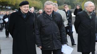Mgr Luigi Ventura, chargé des relations du Saint-Siège avec la France (au centre), le 3 novembre 2012.