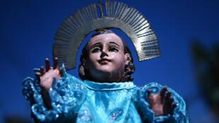 La imagen del 'Niño Zarco', es expuesta durante una romería donde también es adorado el 'Jesusito' -niño Jesús-, en San Pedro Nonualco, El Salvador, el 4 de febrero de 2021. Cientos de salvadoreños se sumaron a la colorida fiesta católica, una antigua peregrinación que lleva a las dos pequeñas imágenes a la ciudad de San Pedro Nonualco. Los fieles le piden por el fin de la pandemia de covid-19 en El Salvador.