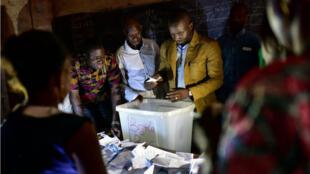 Un décompte des voix dans un bureau de vote, le 29 juillet 2018 à Bamako, lors du premier tour de la présidentielle.
