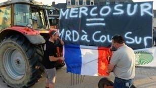 """""""Mercosur = Mie*** segura"""", reza el cartel instalado por el princiapal sindicato agrícola francés durante una protesta en Le Mans, el 2 de julio de 2019."""