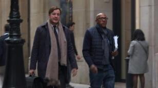 فرانكي فريديريكس (يمين) عضو اللجنة الأولمبية الدولية في طريقه إلى محكمة في باريس 2 تشرين الثاني/نوفمبر 2017