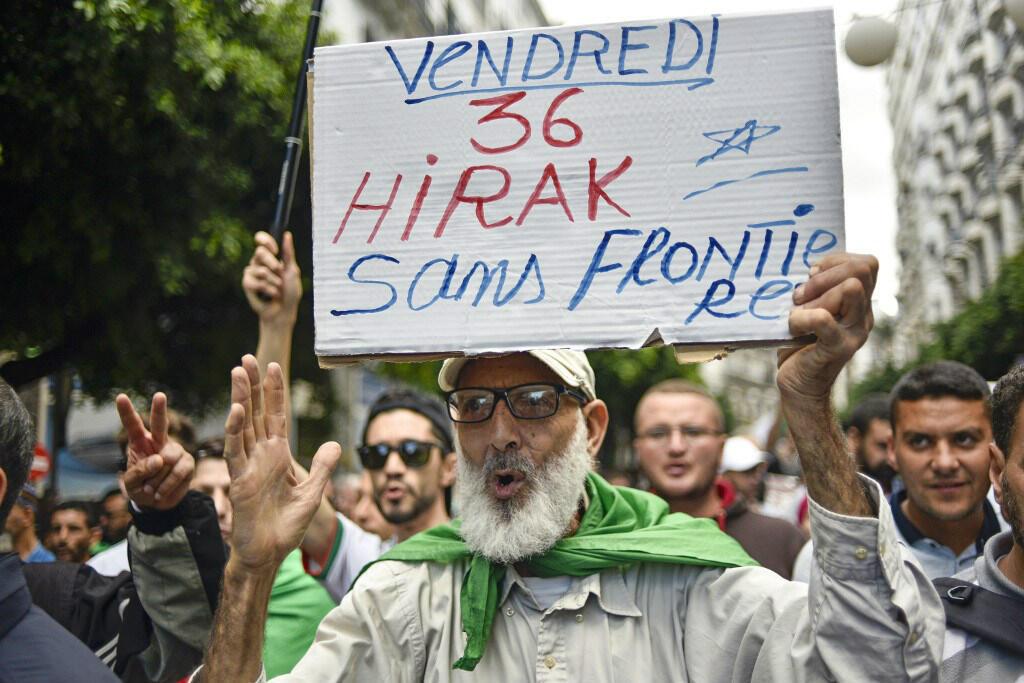 Un manifestant algérien photographié lors du 36e vendredi de manifestations anti-pouvoir à Alger, le 25 octobre 2019.
