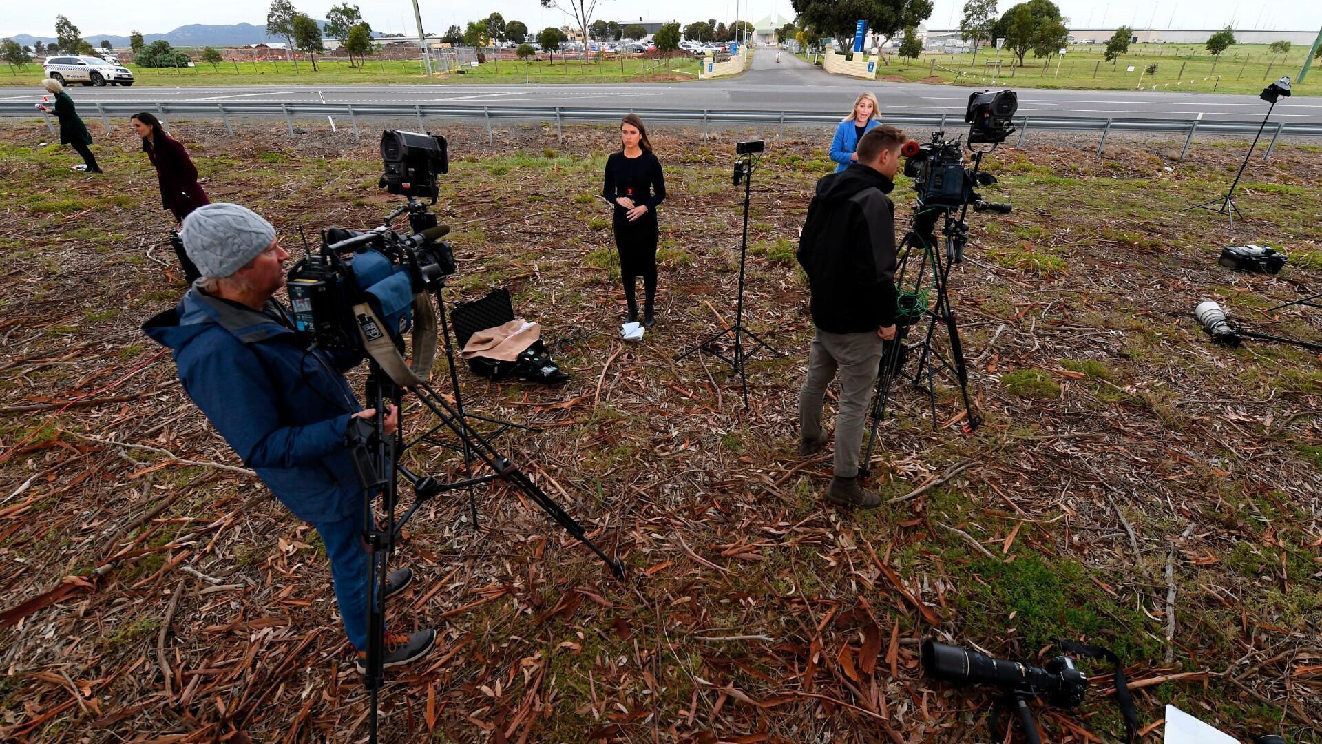 Miembros de los medios de comunicación se reúnen fuera de la prisión de HM Barwon, donde se encuentra el cardenal George Pell, en Anakie, Victoria, Australia, el 7 de abril de 2020. El cardenal George Pell será liberado de prisión después de su condena por cinco cargos de abuso sexual infantil histórico. revocado por el Tribunal Superior de Australia.