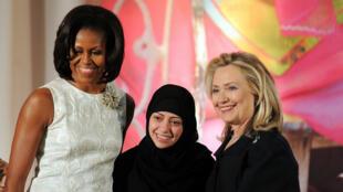 Samar Badaoui, ici aux côtés de Michelle Obama et de Hillary Clinton, lors de la remise d'un prix en 2012.