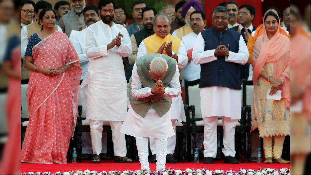 El primer ministro de India, Narendra Modi, saluda a la multitud durante una ceremonia de juramento en el palacio presidencial en Nueva Delhi, India, 30 de mayo de 2019.