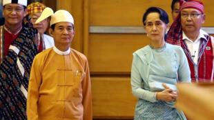 Foto de archivo. El presidente electo de Myanmar, Win Myint, a la izquierda, con el líder Aung San Suu Kyi, a la derecha, ingresa al Parlamento para prestar juramento en el cargo en Naypyitaw, Myanmar, el viernes 30 de marzo de 2018.