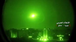 Imagen difundida por la televisión estatal siria muestra cómo los sistemas de defensa aérea sirios interceptan misiles israelíes sobre el espacio aéreo sirio durante la noche del 9 de mayo y la madrugada del 10. Israel bombardeó supuestos blancos iraníes como respuesta a los presuntos ataques con cohetes de militares iraníes contra sus bases en los Altos del Golán.