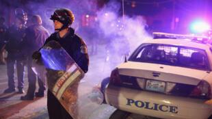 Des policiers dans les rues de Ferguson, le 25 novembre 2014.