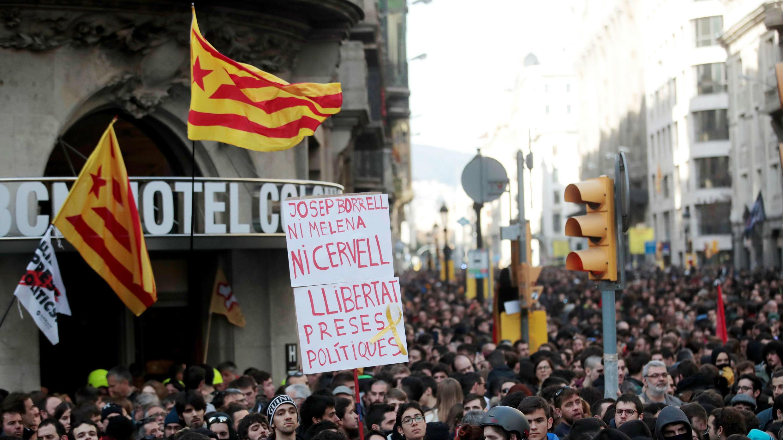 Simpatizantes independentistas en las inmediaciones de la Llotja de Mar, donde se celebró el Consejo de Ministros. Barcelona, España.