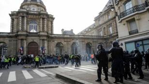 """محتجون من """"السترات الصفراء"""" أمام مبنى البرلمان الفرنسي في باريس 04/09/2019"""