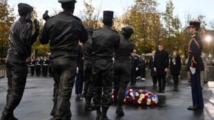 Emmanuel Macron inaugurant le monument pour les soldats français morts en opérations extérieures, le 11 novembre 2019.