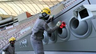 Amnistía Internacional busca apoyar a los trabajadores extranjeros que participan de las labores de construcción de estadios para la Copa del Mundo del año 2022 quienes denuncian retrasos en los pagos de sus salarios
