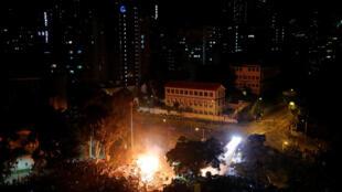 متظاهرون يتحصنون في جامعة وجرح شرطي في مواجهات جديدة في هونغ كونغ