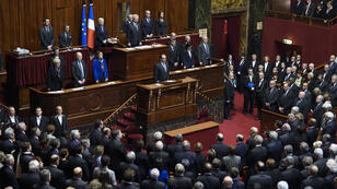 François Hollande a observé une minute de silence avec les députés et les sénateurs, lundi 16 novembre.